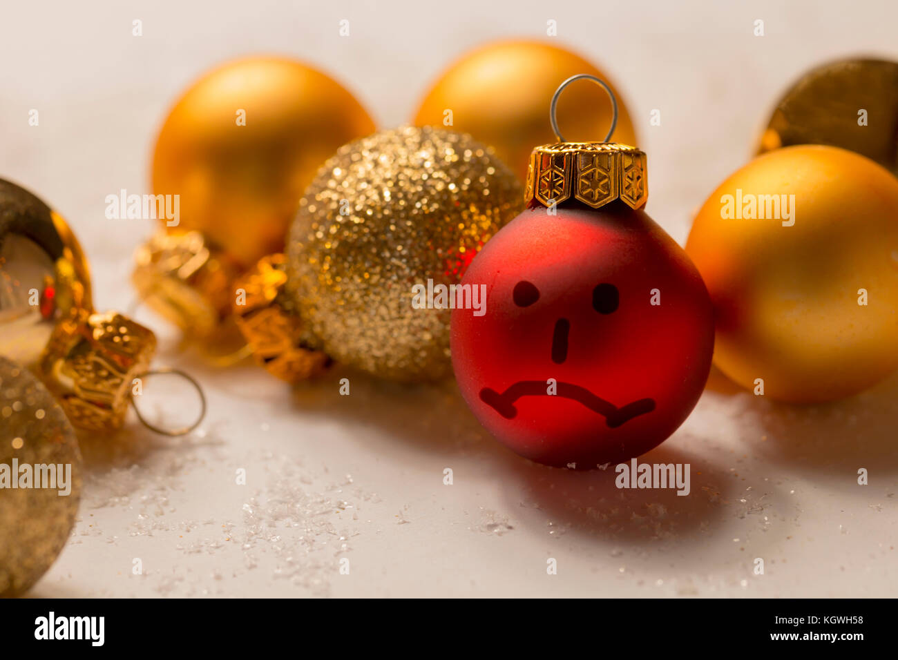 Negative smiley auf christmas ball - anti Weihnachten Stockfoto ...