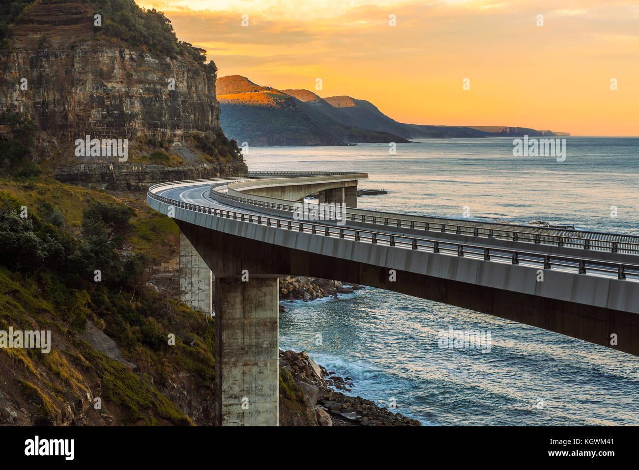 Sonnenuntergang über dem Meer Felsen Brücke entlang von Australian Pacific ocean Stockbild