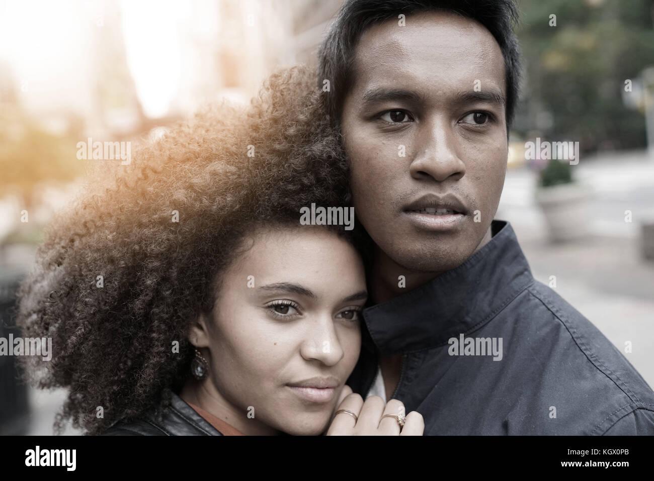 Ethnische Paar in new york city street an regnerischen Tag Stockbild