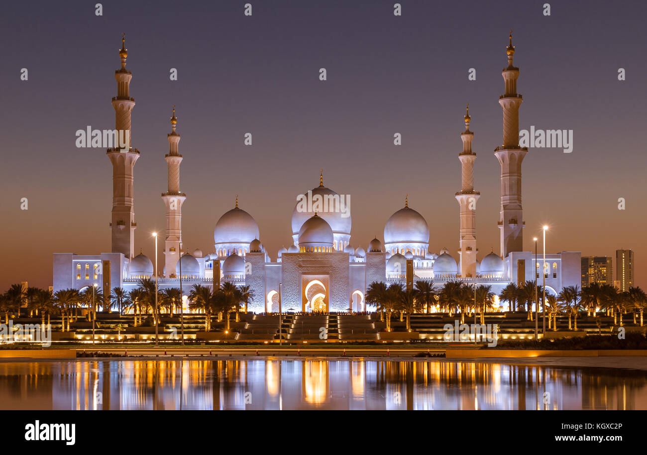 scheich zayed moschee in abu dhabi nach sonnenuntergang. Black Bedroom Furniture Sets. Home Design Ideas