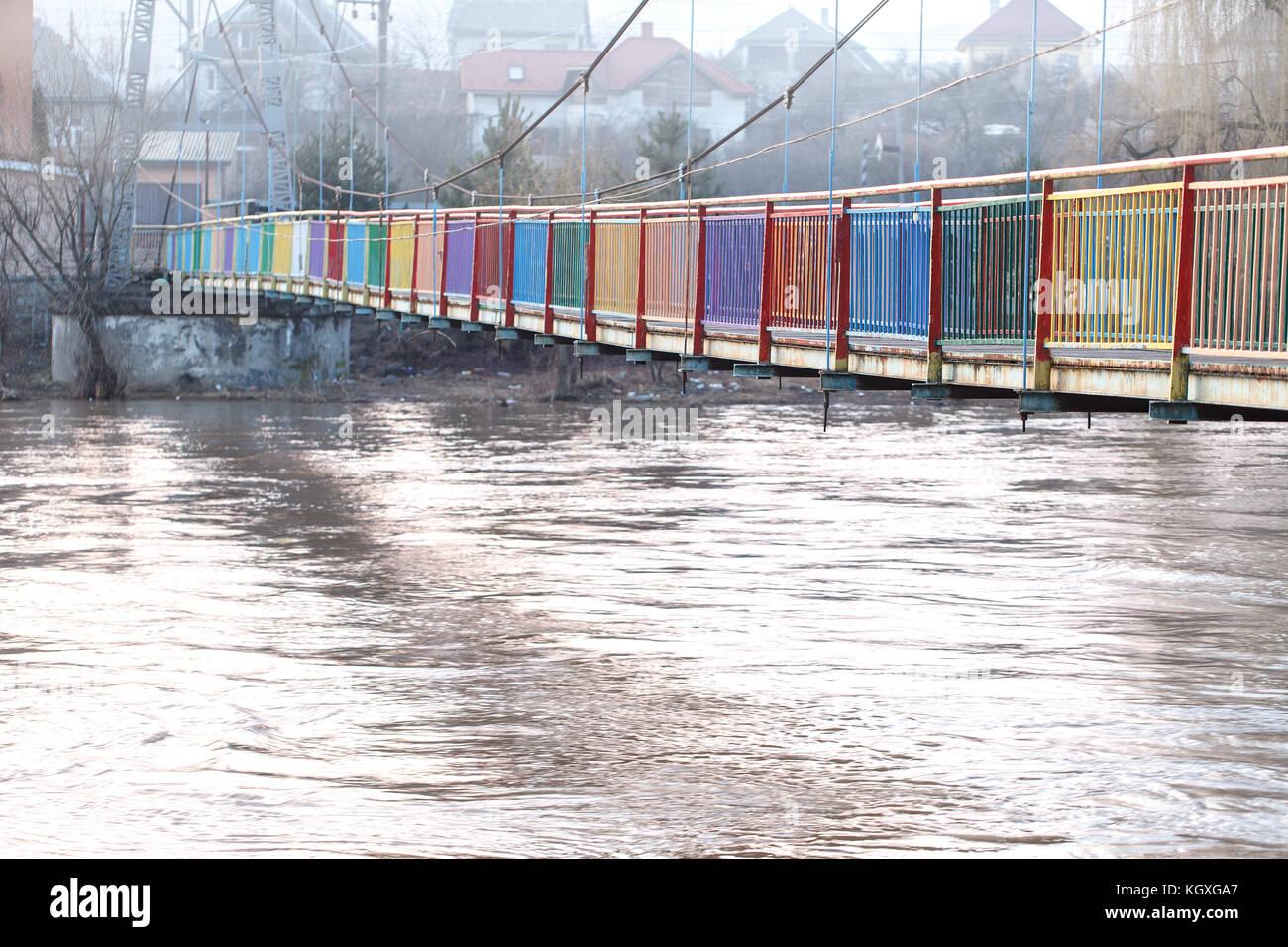 Ein voll Wasser Fluss nach starken Regenfällen und Überschwemmungen. starke Strömung, schmutziges Stockbild