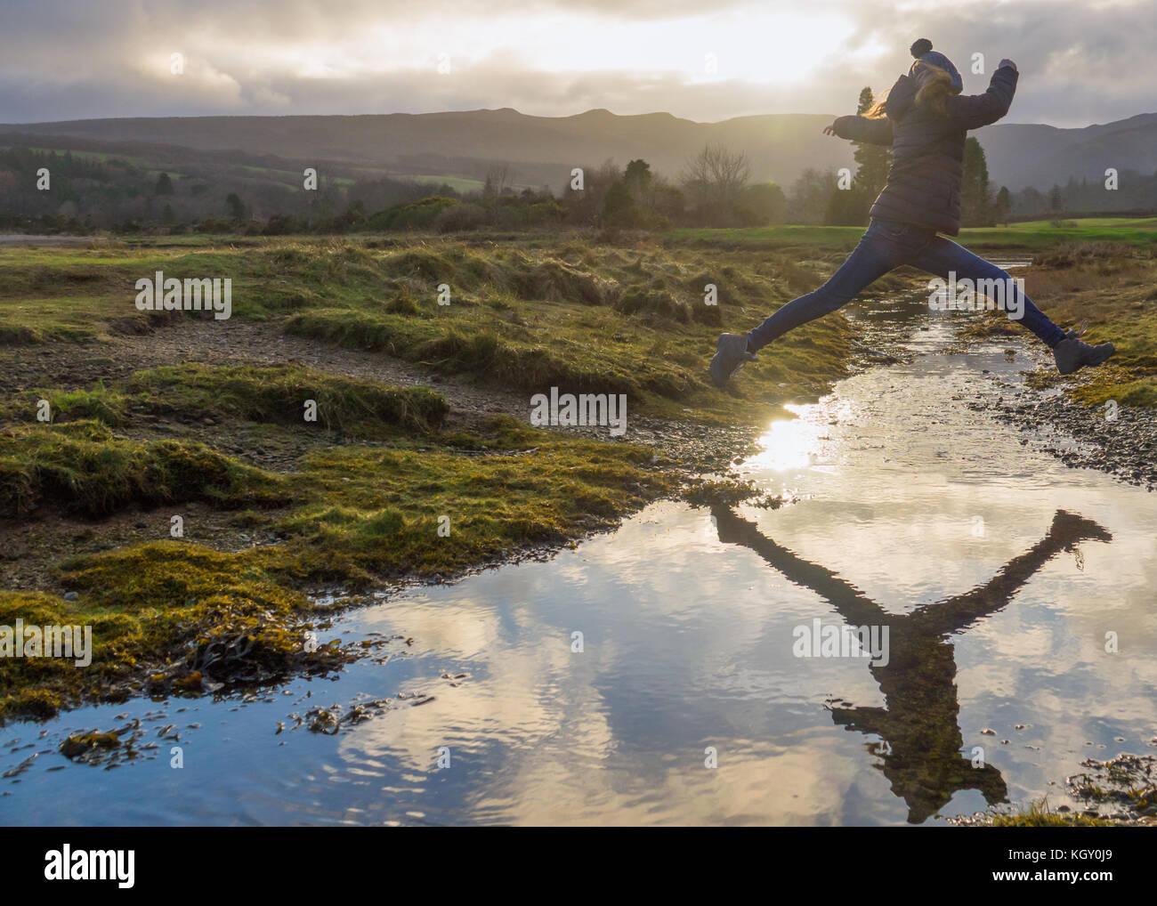 Weibliche Tourist in Schottland wandern in der Natur Stockbild