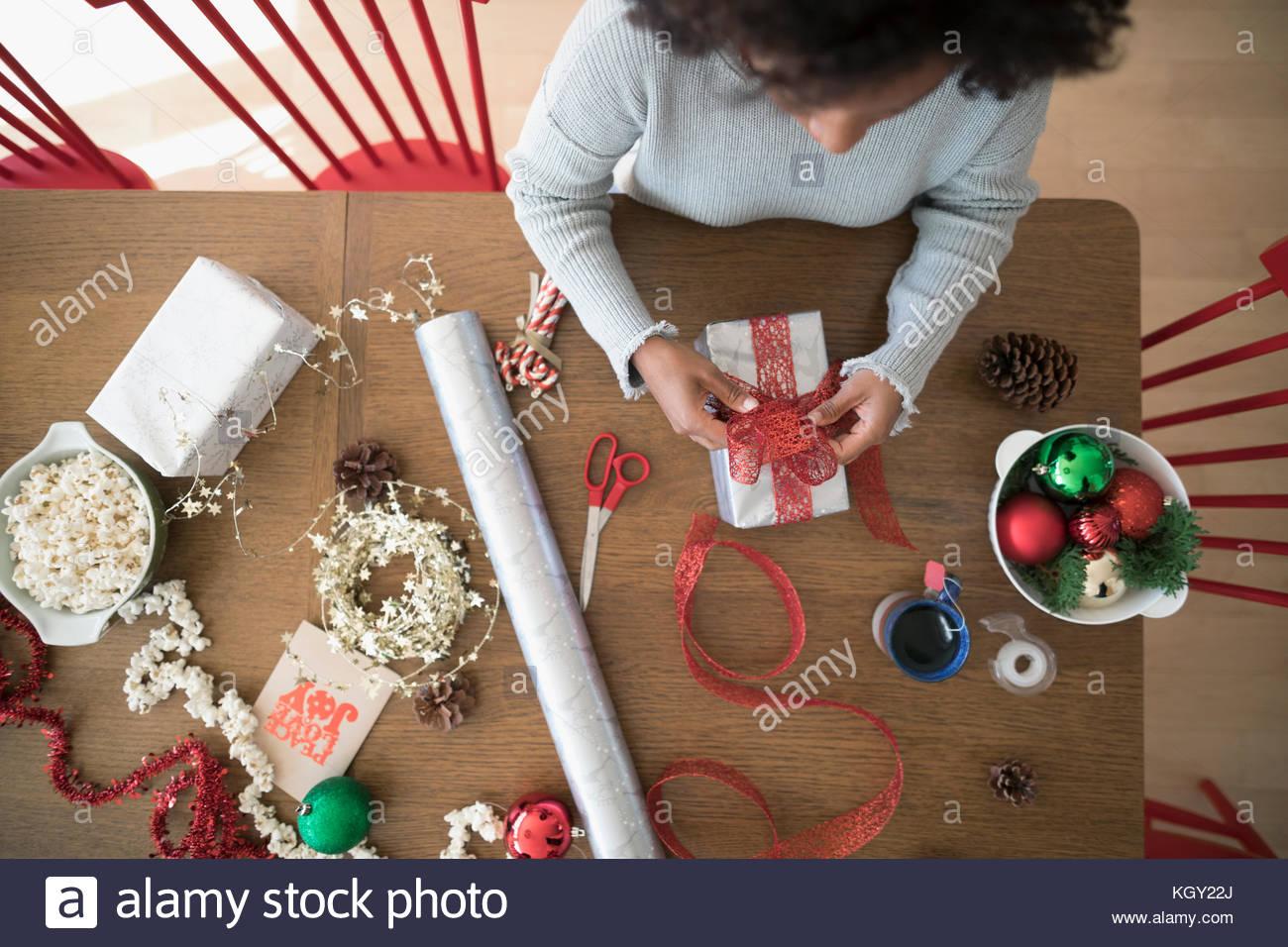 Ansicht von oben Frau verpacken Weihnachten Geschenke am Esstisch ...