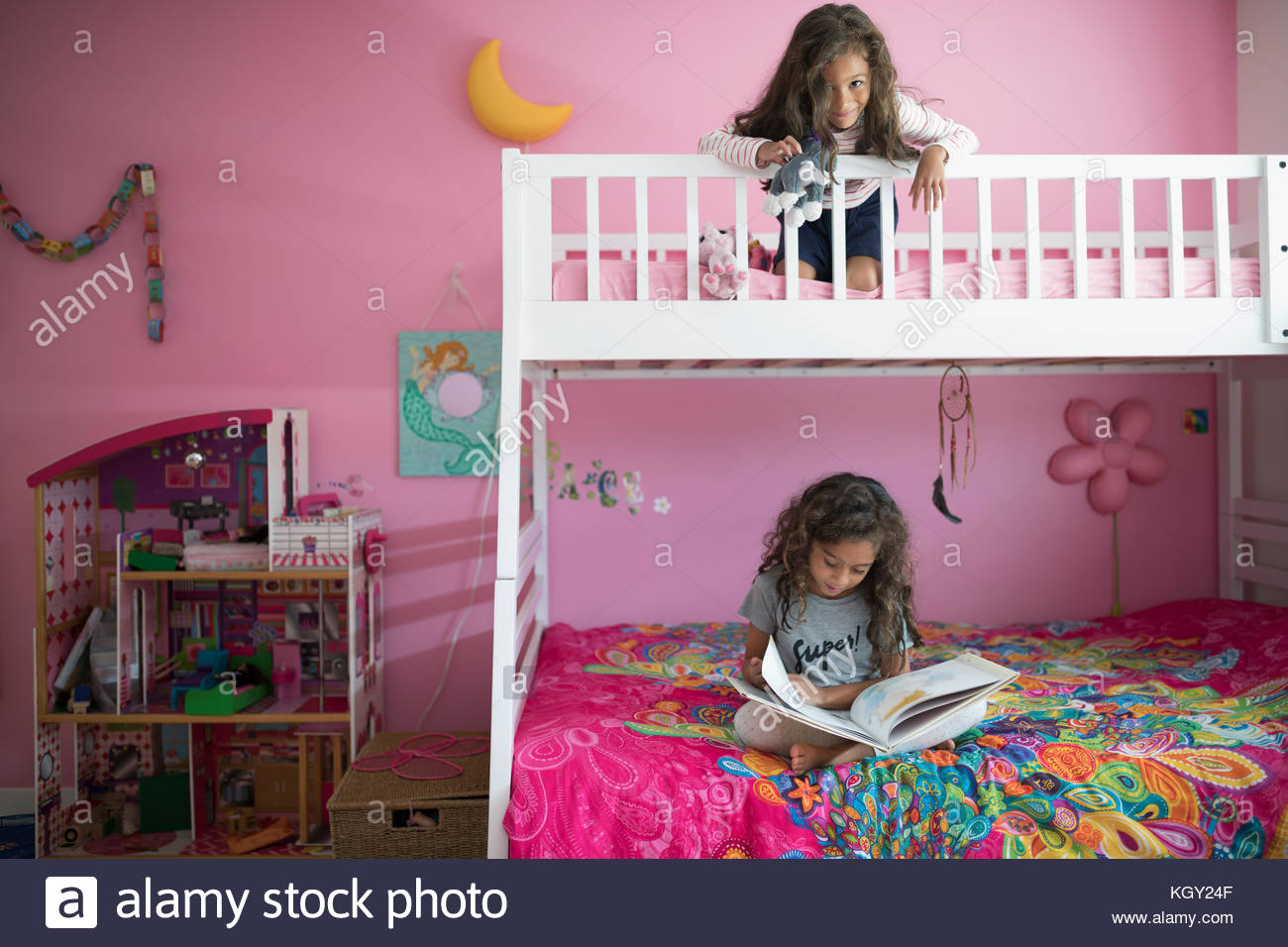 Etagenbett Mädchen : Mädchen schwestern spielen und lesen buch im etagenbett in rosa