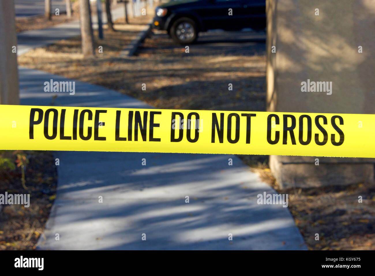 Polizei nicht gelbe Klebeband vor Tatort Kreuz Stockbild