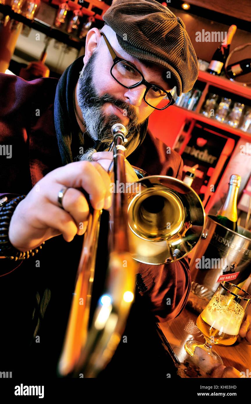 Posaunist in einer Bar, Musiker mit tenorhorn Stockbild