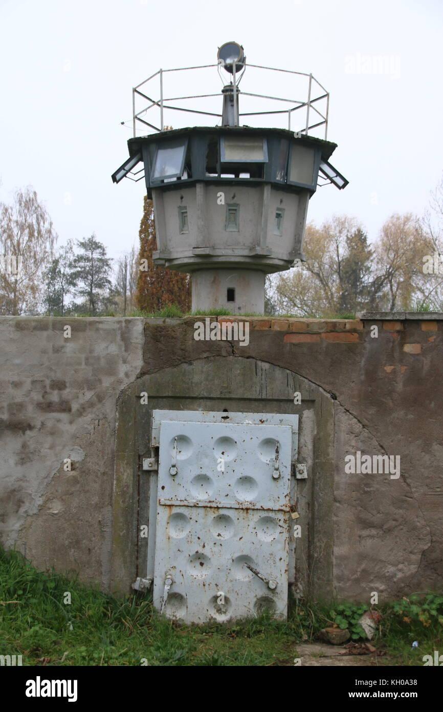 Hötensleben, Deutschland - 9 November, 2017: einen alten Wachturm der DDR-Grenztruppen an der Grenze Gedenkstätte Stockfoto