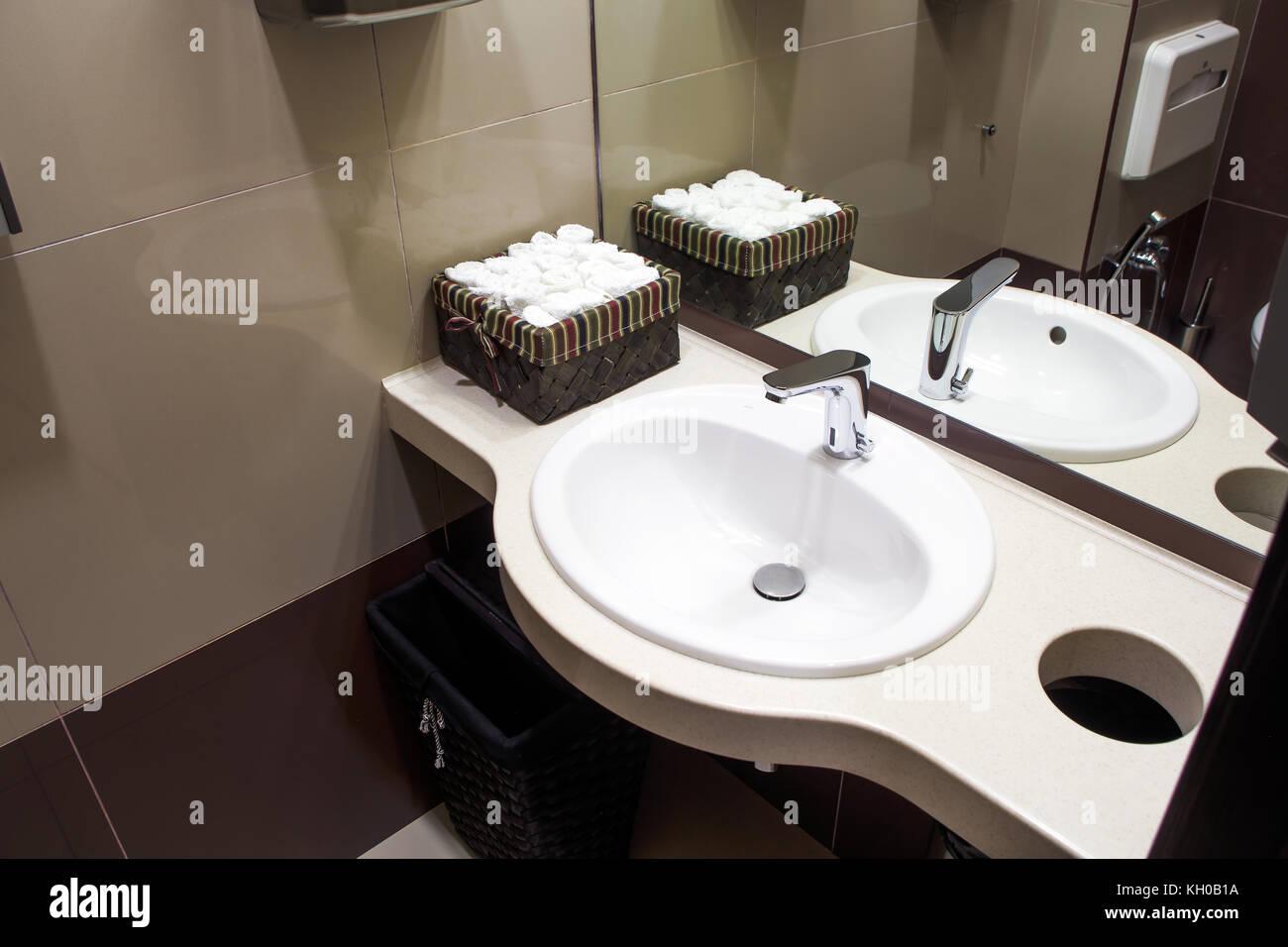 eine nahaufnahme eines modernen wei en waschbecken daneben gibt es eine box mit sauberen. Black Bedroom Furniture Sets. Home Design Ideas