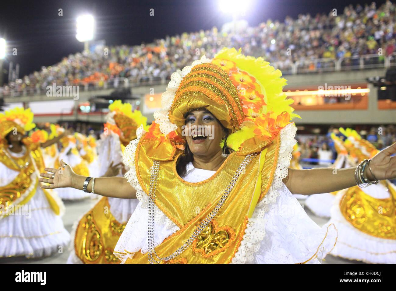 Samba Tänzer aus dem tradição samba Schule Parade der Sambodromo mit Kostümen, inspiriert durch Stockbild