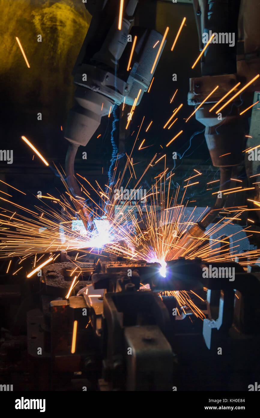 Team Industrieroboter sind Schweißen Montage Teil für Automobile in der Factory Stockbild