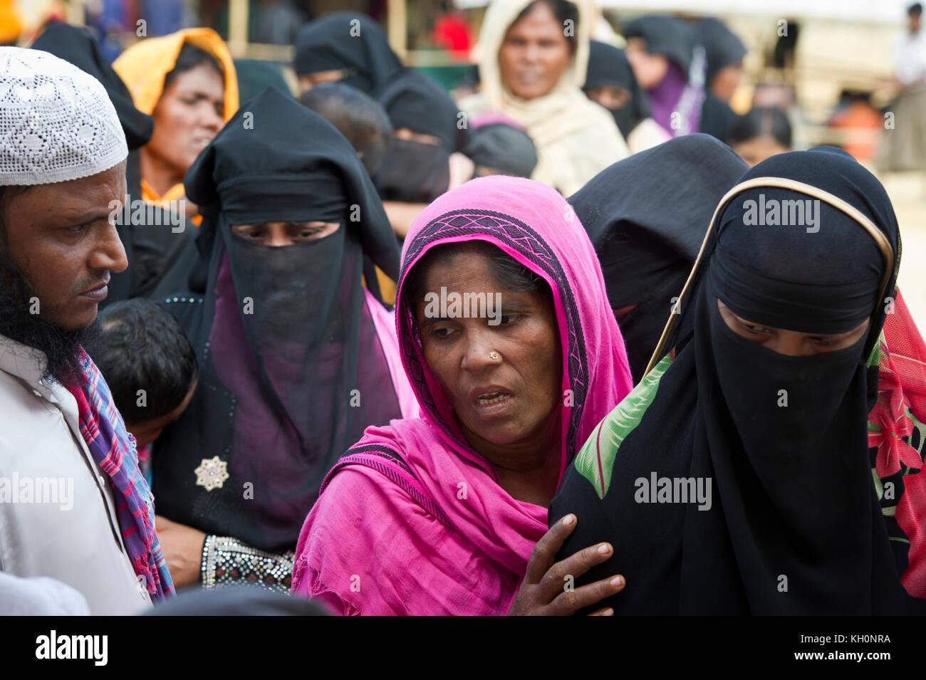 Bangladesch. 11 Nov, 2017. rohingya Flüchtlinge Frau Line up Behandlung unter einer temporären health Stockbild