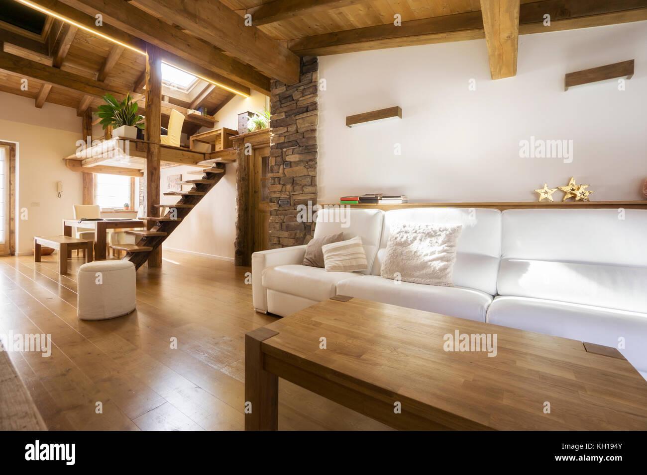 Chalet Stil moderne Wohnung in Holz Stockfoto, Bild: 165371611 - Alamy