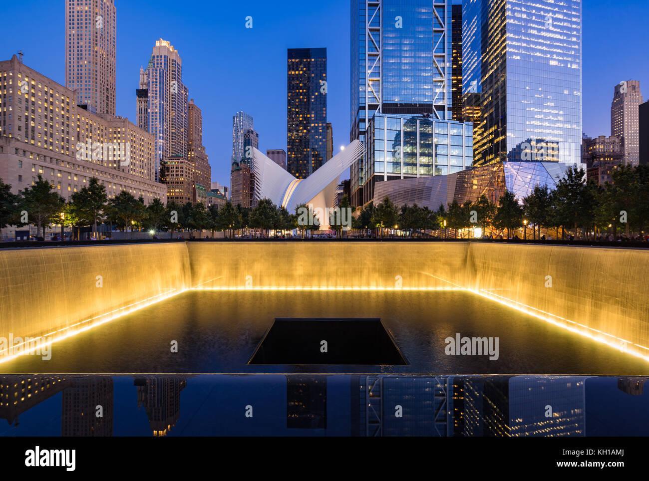 Im Norden einen reflektierenden Pool bei Dämmerung mit Blick auf das World Trade Center Tower 3 und 4 und die Oculus Stockfoto