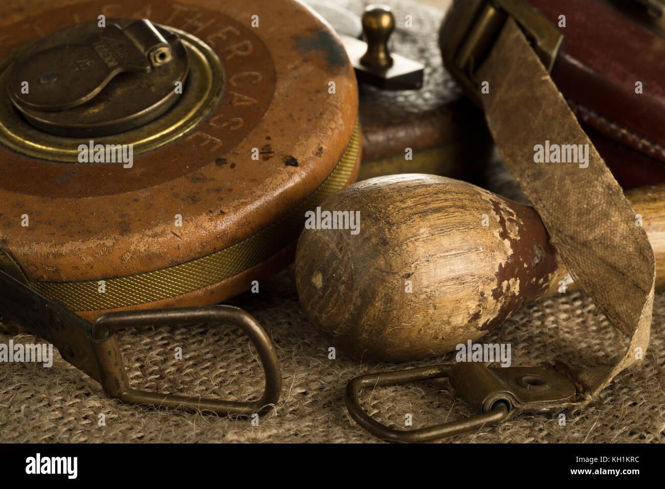 Einige alte Maßbänder still life Stockfoto