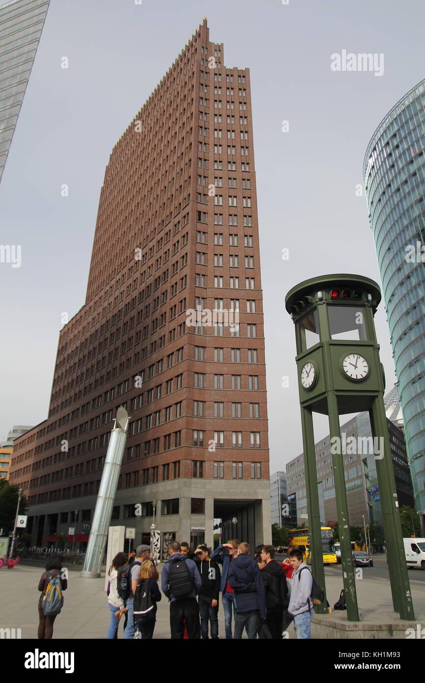 Der Potsdamer Platz im Zentrum von Berlin, mit der alten ersten Semaphore in Europa und moderner Architektur. Stockfoto