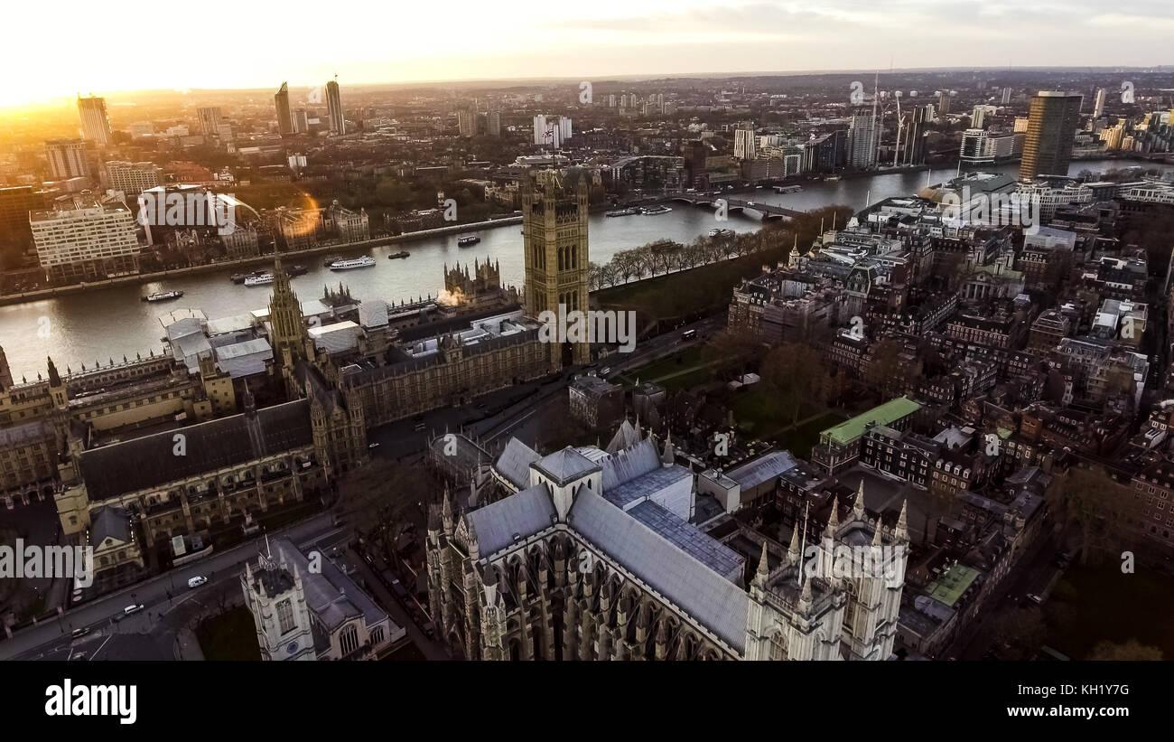 Luftbild Foto Iconic Englisch Wahrzeichen Big Ben Clock Parlament Meisterstück britischen Flagge in City of Westminster Stockfoto