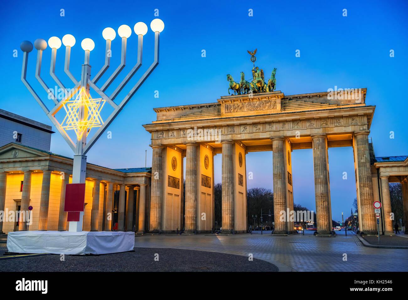 Brandenburger Tor und Hanukkah Menorah Stockfoto