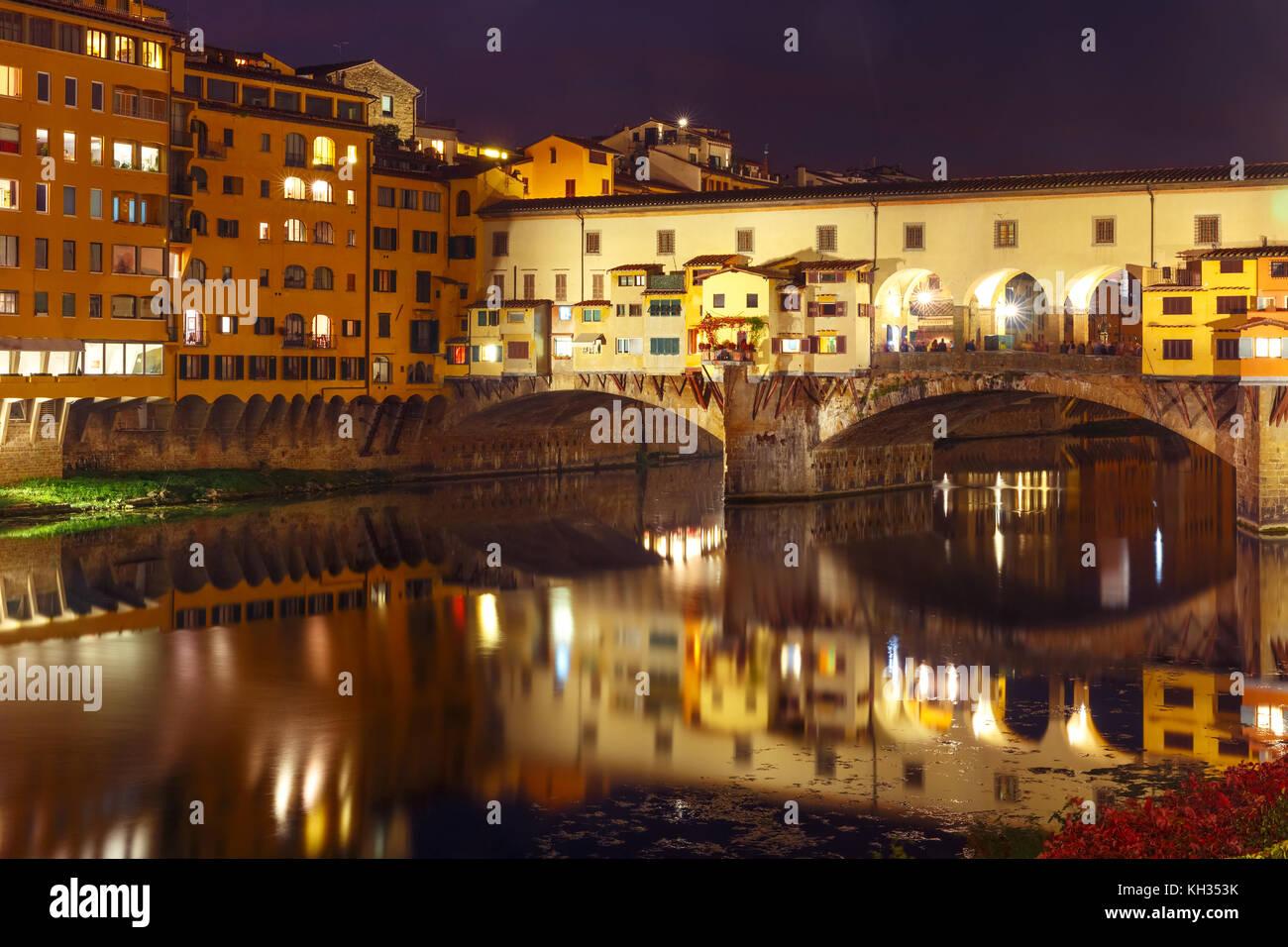Arno und die Ponte Vecchio in Florenz, Italien Stockbild