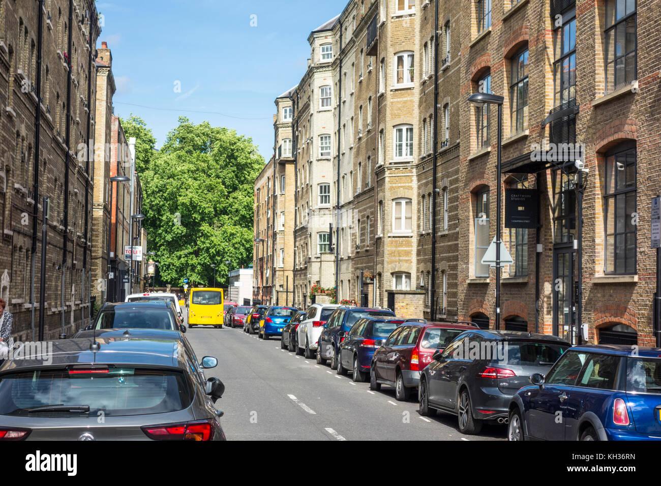 Blick auf Autos auf Dufferin Street geparkt, City of London, Großbritannien Stockbild