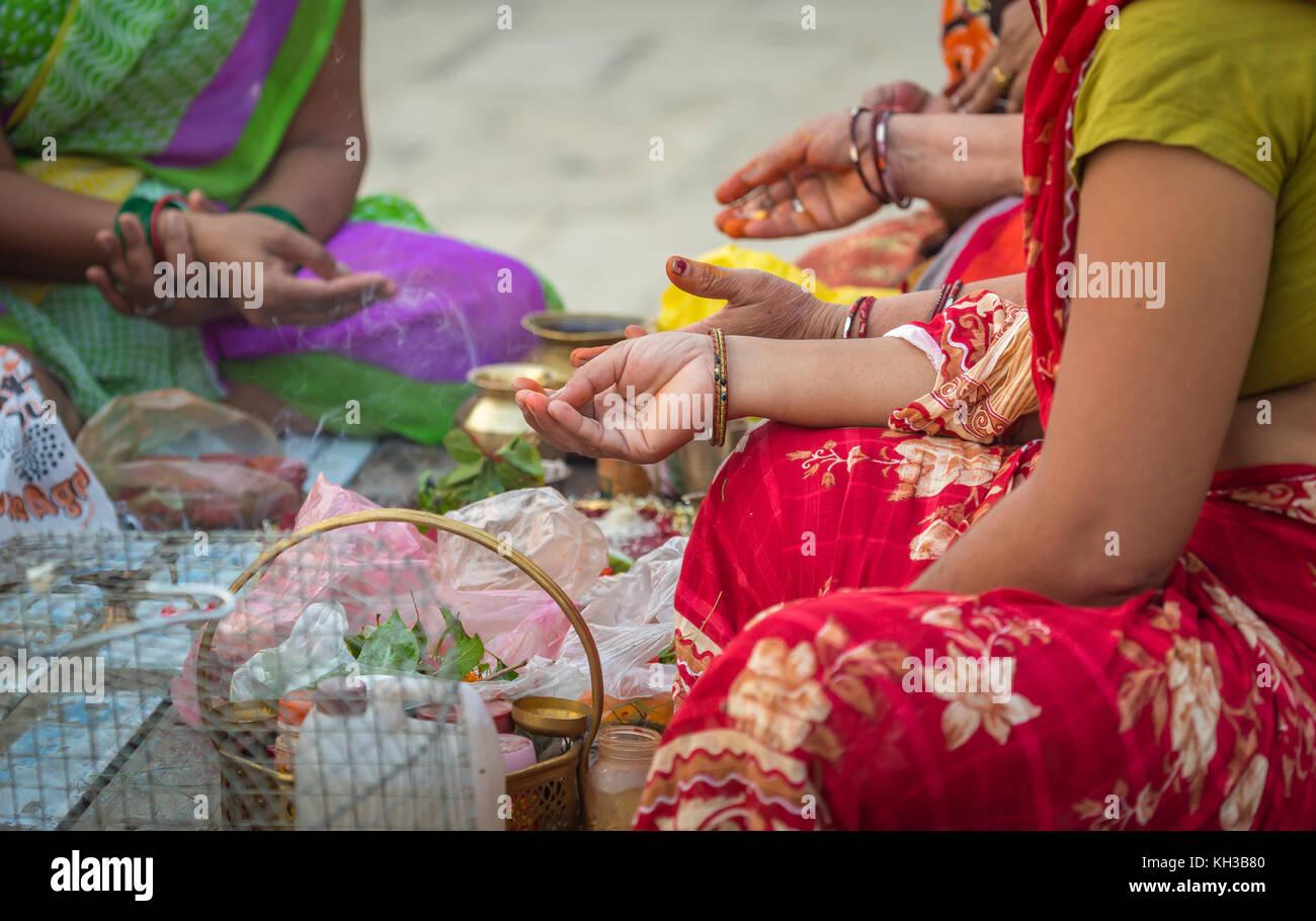 Hände von hinduistischen Frauen halten die Gebet Mantras als Teil einer rituellen Zeremonie am Ganges ghat Varanasi, Indien. Stockfoto
