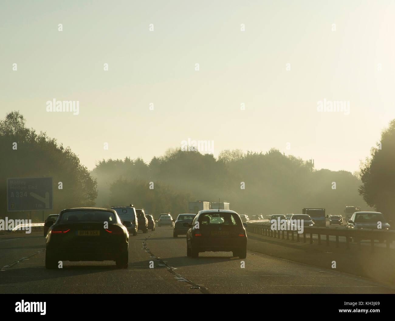 M27 Autobahn Staus mit niedrigen Winter Sonnenschein Stockbild