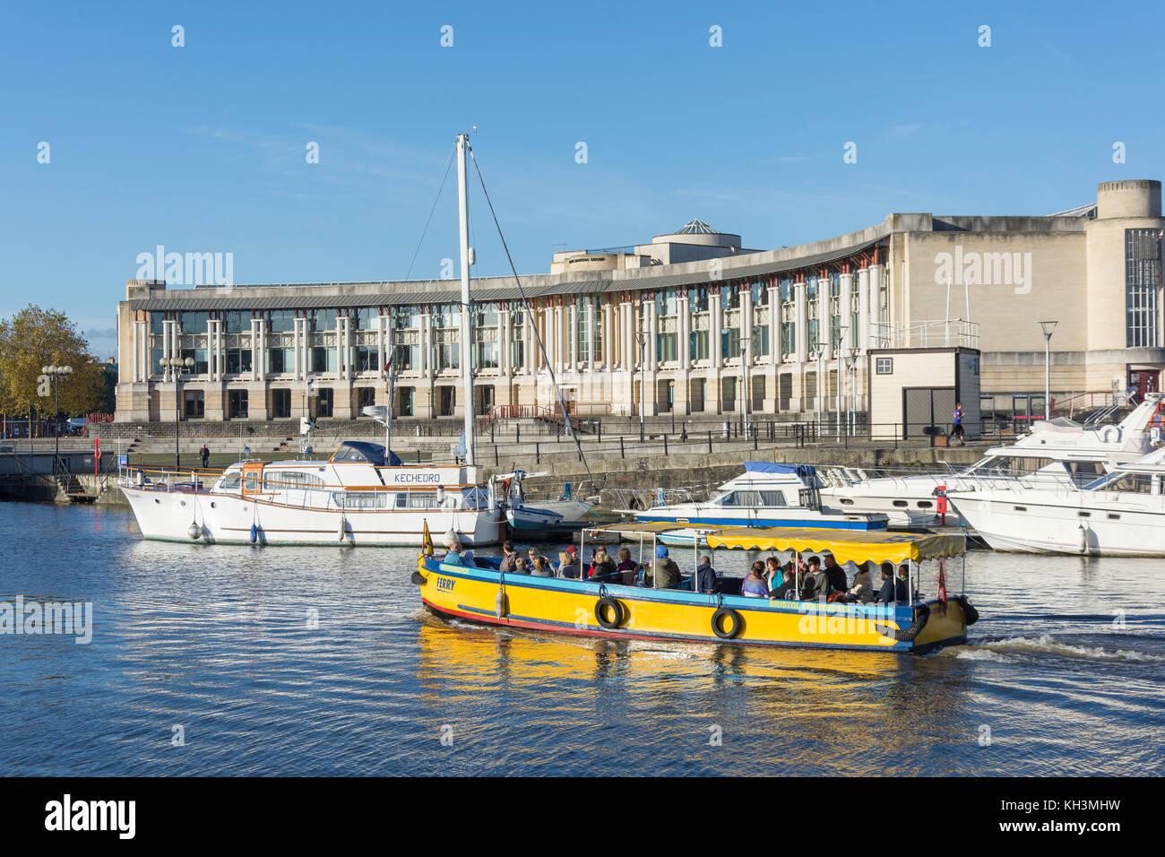 """""""Unabhängigkeit"""" der Fähre vorbei an Amphitheater und Waterfront Square, Harbourside, Bristol, Stockbild"""