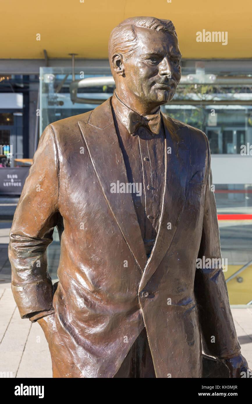 Cary Grant (Bristol - geborener Schauspieler) Bronzestatue in Millennium Square, Harbourside, Bristol, England, Stockbild