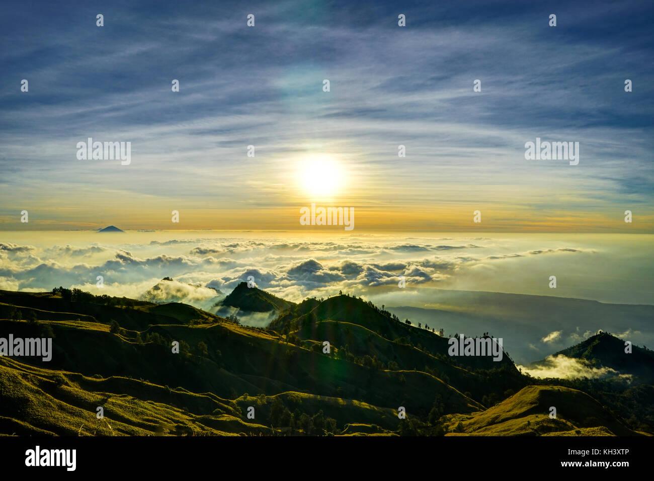Sonnenuntergang über den Wolken Mountain Top Vulkan Rinjani auf Lombok Indonesien Stockbild