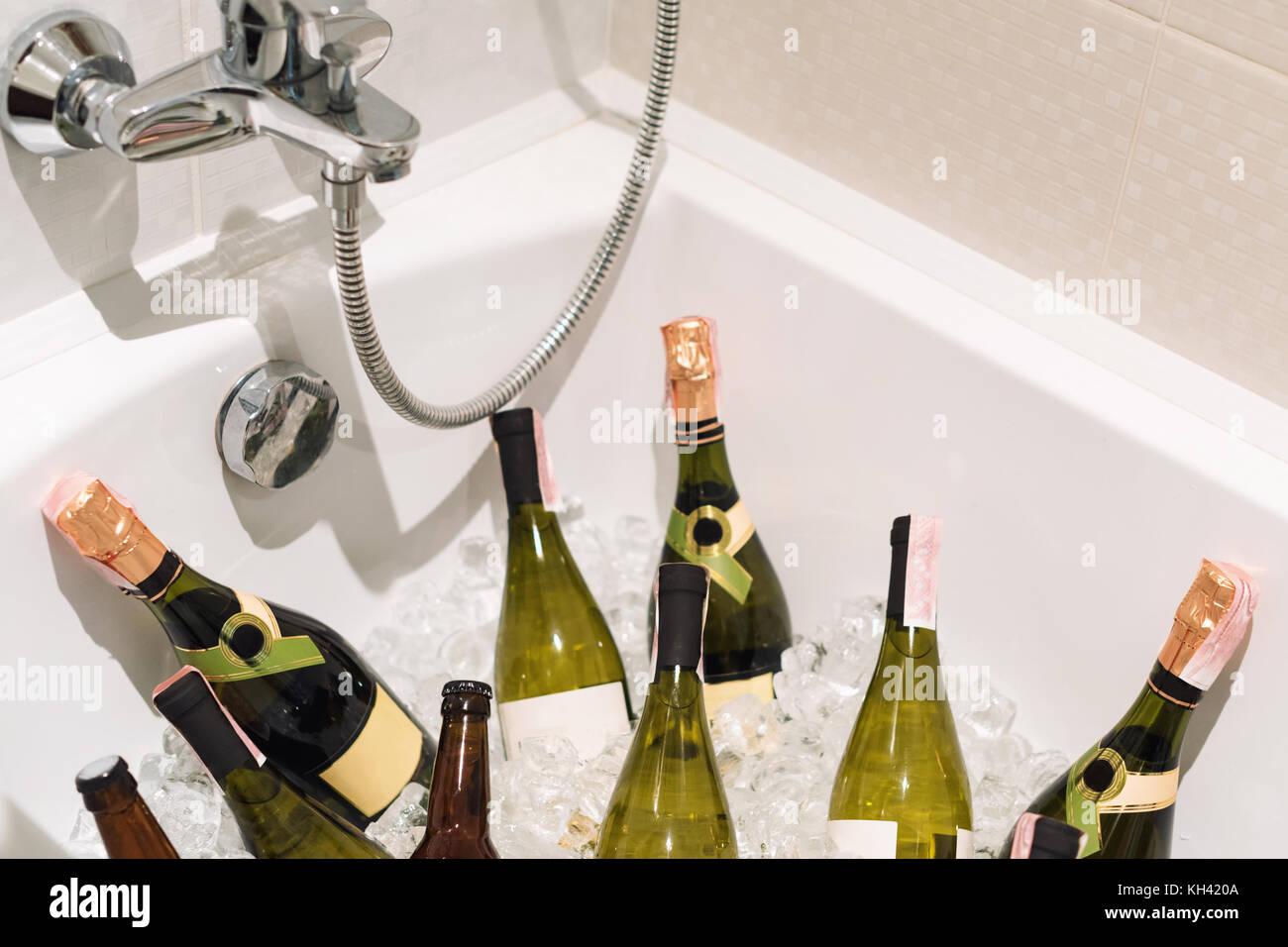 Champagner und Bier mit Eis im Bad. party Getränke Stockfoto, Bild ...