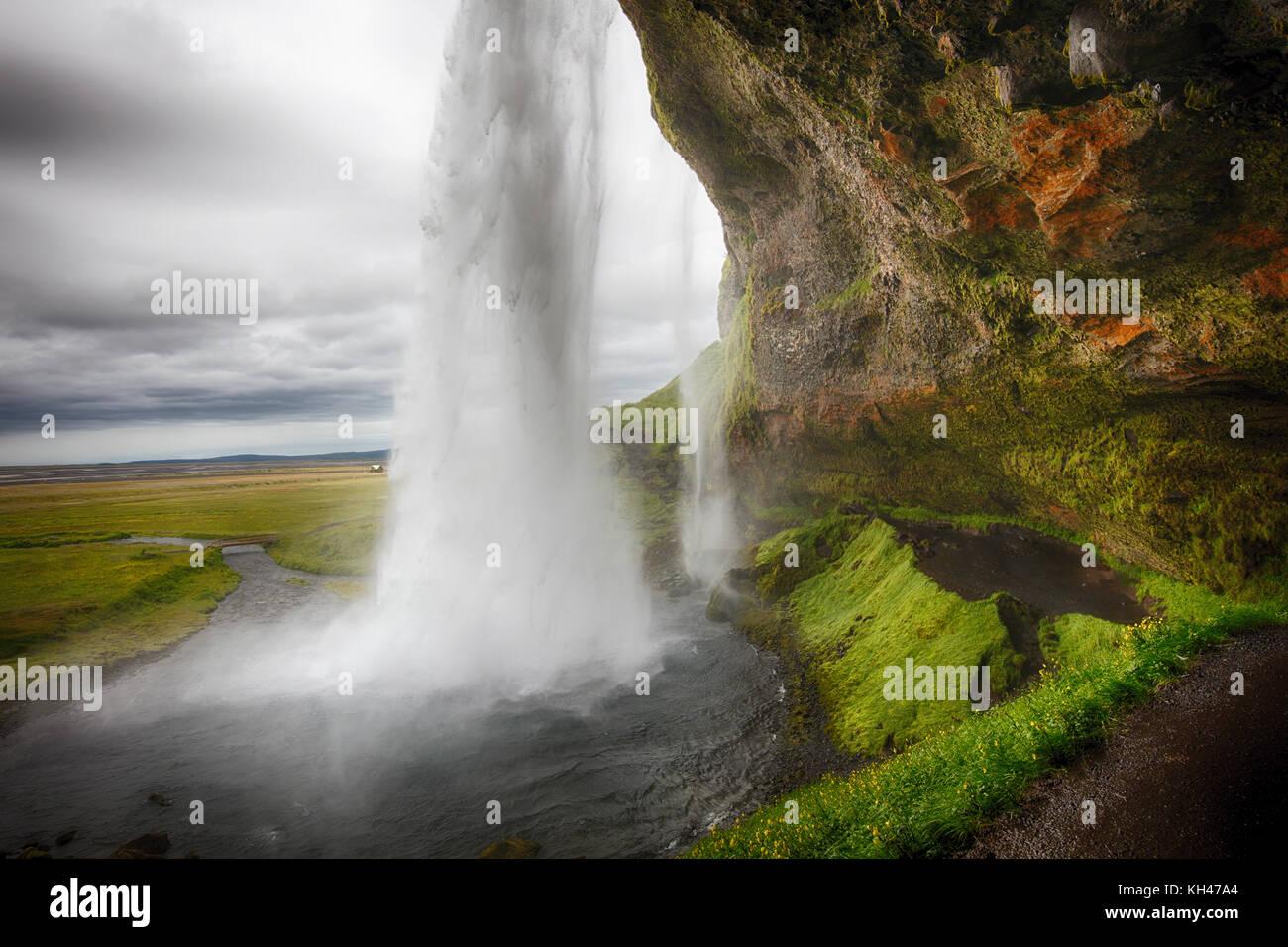 Blick auf den Wasserfall hinter seljalandafoss aus einer Höhle, Island Stockbild