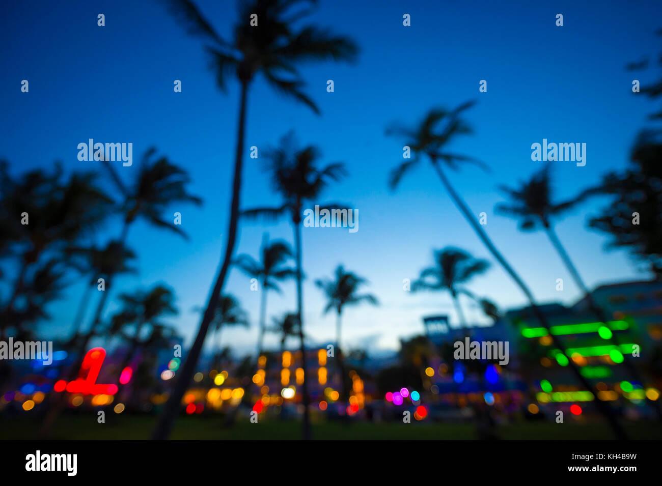 Defokussierten Sicht in der Dämmerung von Palmen und Neonlicht des Ocean Drive in South Beach, Miami, Florida. Stockfoto
