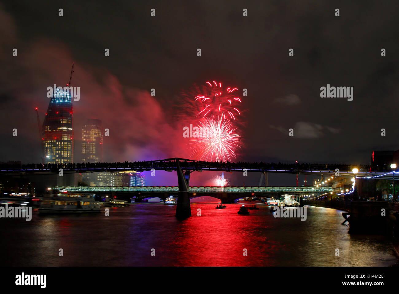 Der Herr Bürgermeister zeigen, Feuerwerk auf der Themse, London, 11. November 2017 Stockbild