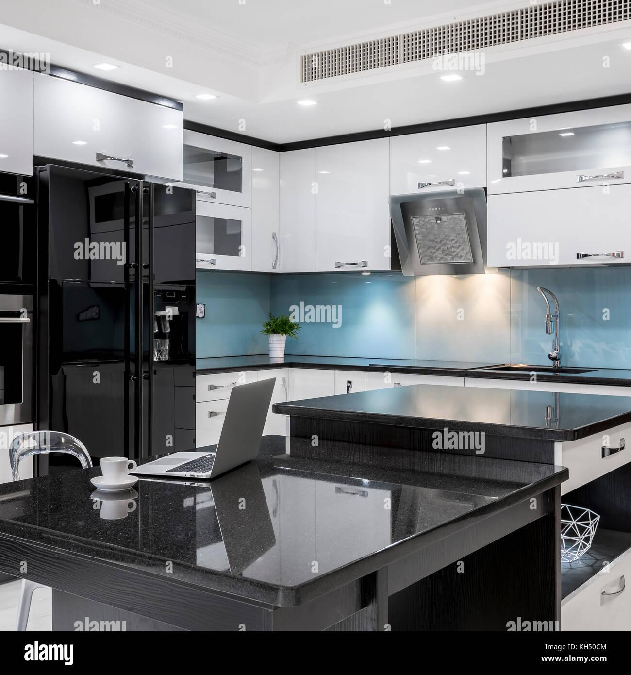 Schwarz und Weiß, stilvoll, Hochglanz Küche mit Insel ...