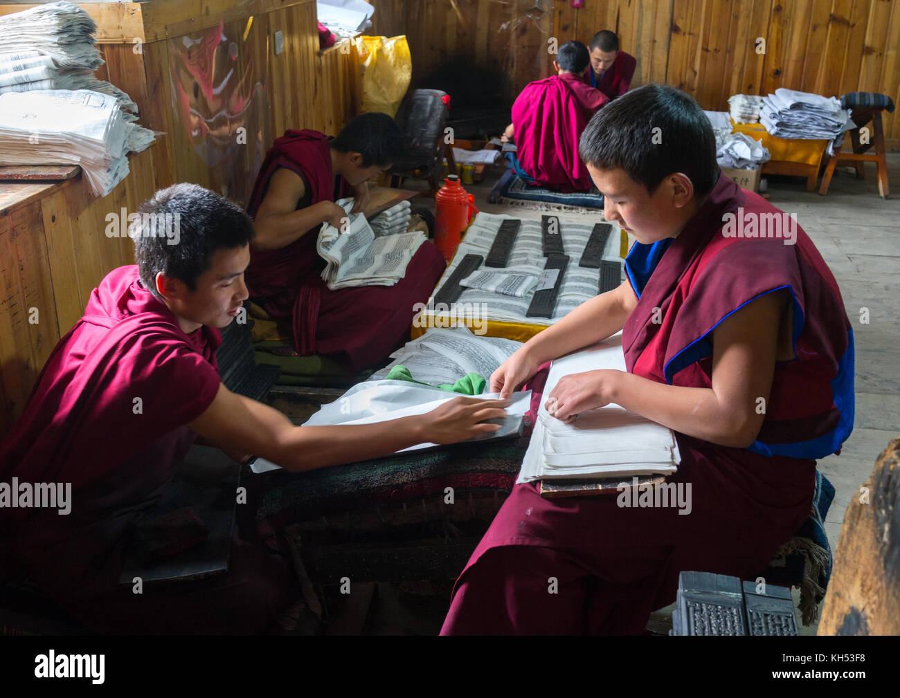 Tibetische Schrift aus Holzblöcken im Kloster den traditionellen Druck Tempel gedruckt, Provinz Gansu, Labrang, Stockfoto