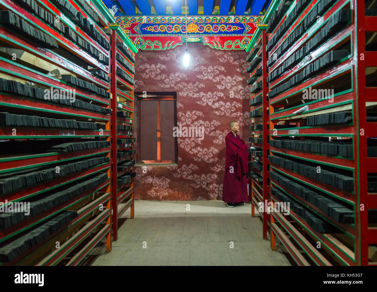 Tibetische Schrift aus Holzblöcken in Barkhang Bibliothek gedruckt, Provinz Gansu, Labrang, China Stockbild