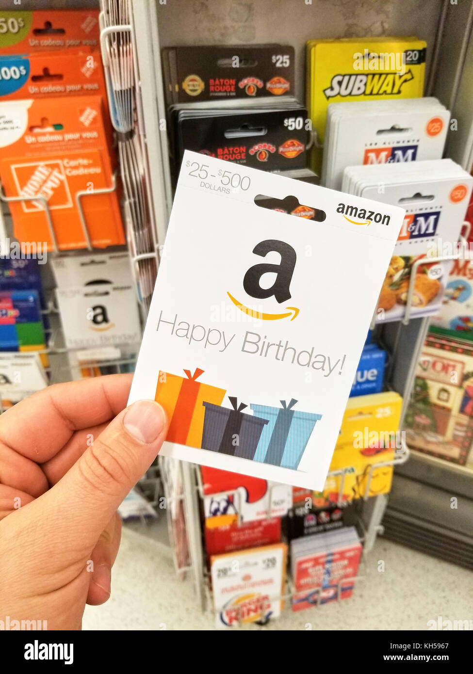 2017 Happy Birthday Amazon Gift Card In Eine Hand Auf Geschenkkarten Hintergrund Ist US Amerikanische Electronic Commerce Und