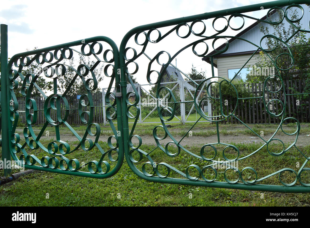 old metal fence garden stockfotos old metal fence garden bilder alamy. Black Bedroom Furniture Sets. Home Design Ideas