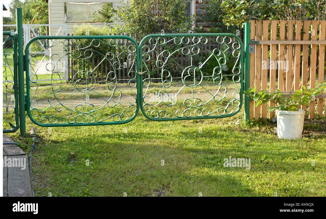 Grün Metall Tor Mit Einem Wicket Zaun Garten Stockfoto Bild