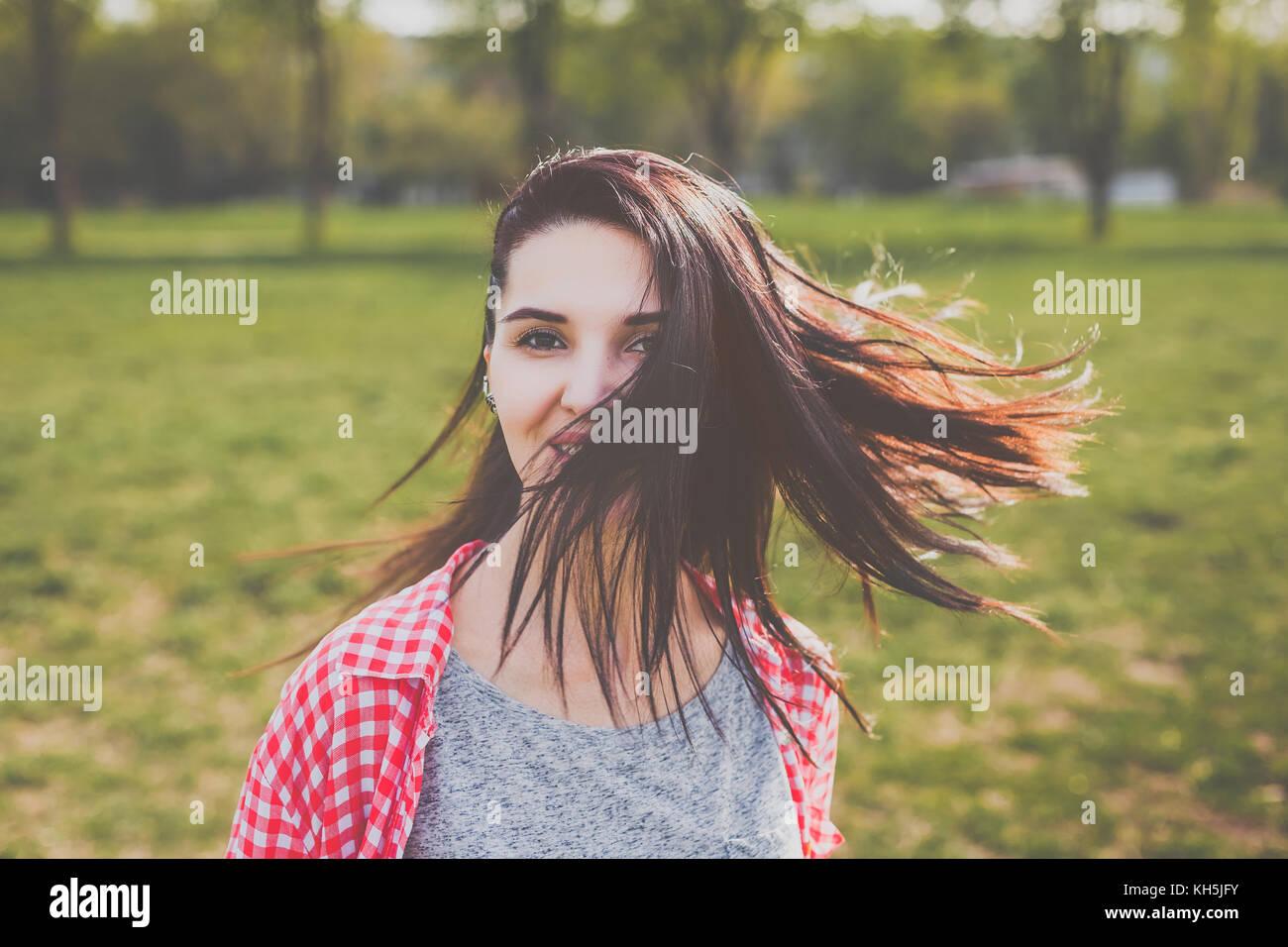 Attraktive hipster Mädchen lächelnd im Wind Stockbild