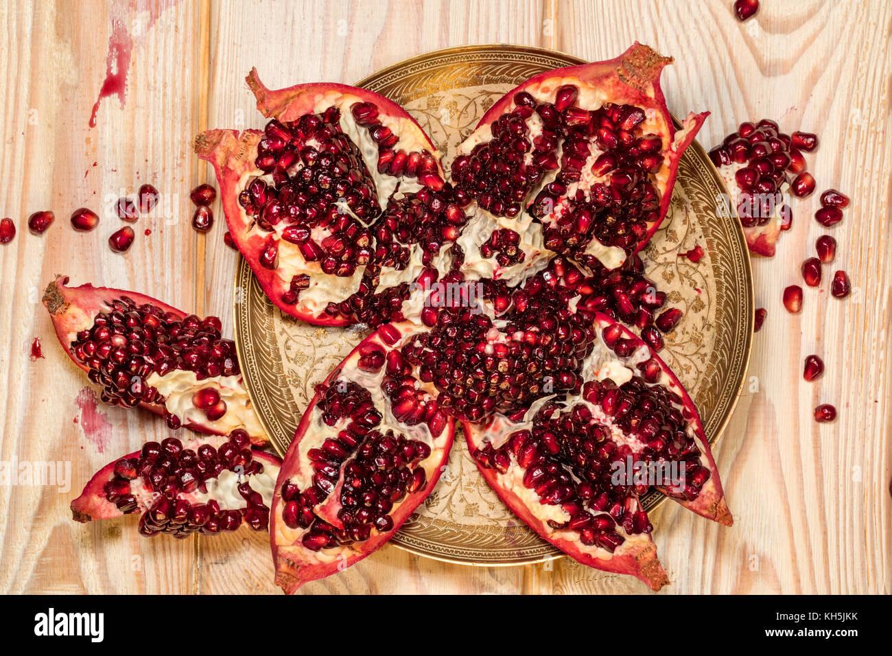 Ansicht von oben reifer Granatapfel Obst auf hölzernen Hintergrund Stockbild