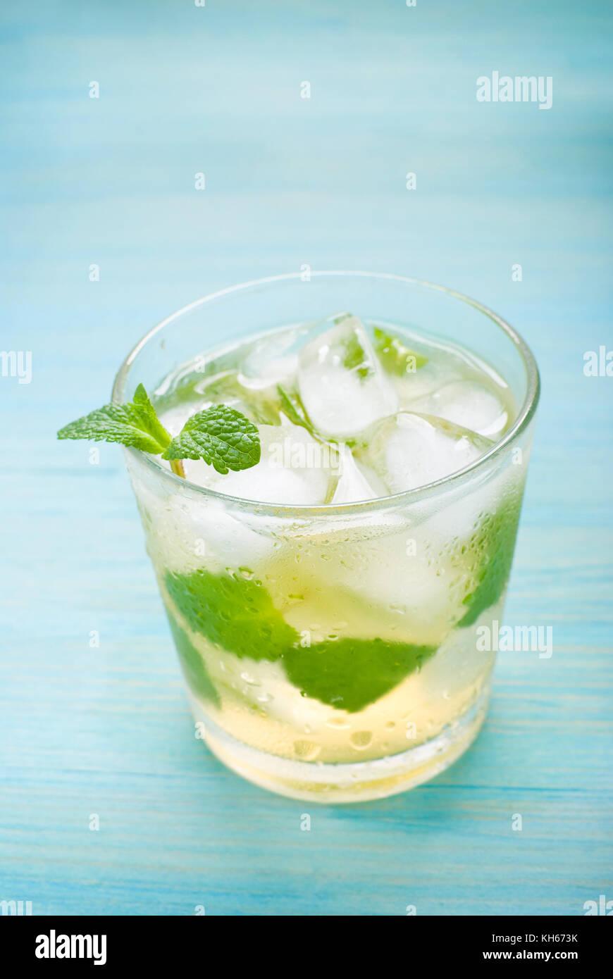 Cocktail mit Minze und Eis auf Blau Holz- Hintergrund Stockbild