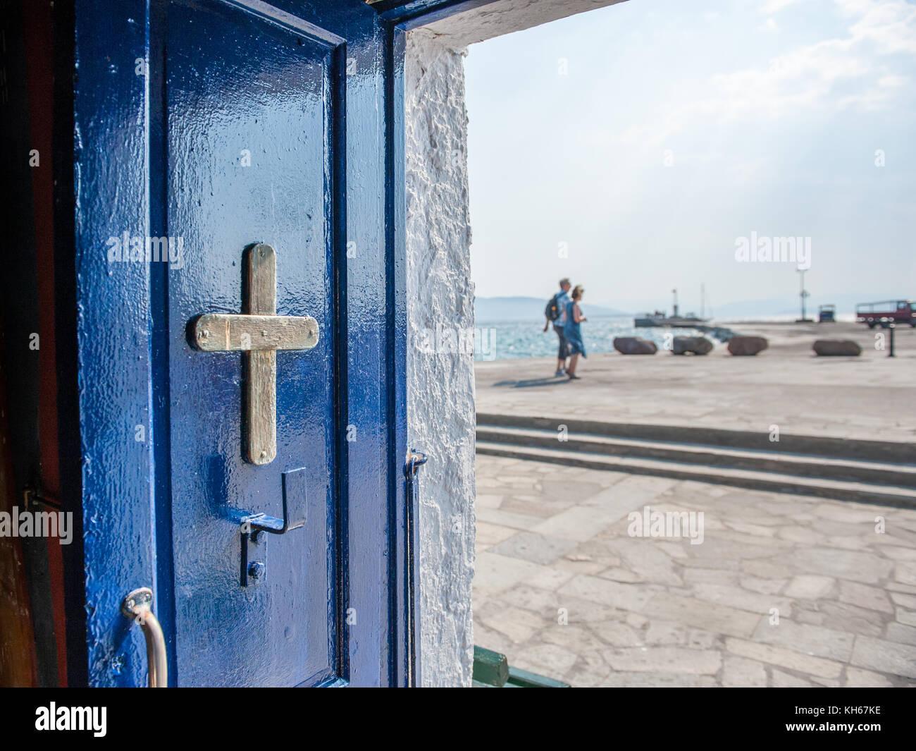 Kleine griechische Kapelle in Aegina Hafen entfernt. ägina ist eine griechische Insel in der Ägäis, die zu den Saronischen Stockfoto