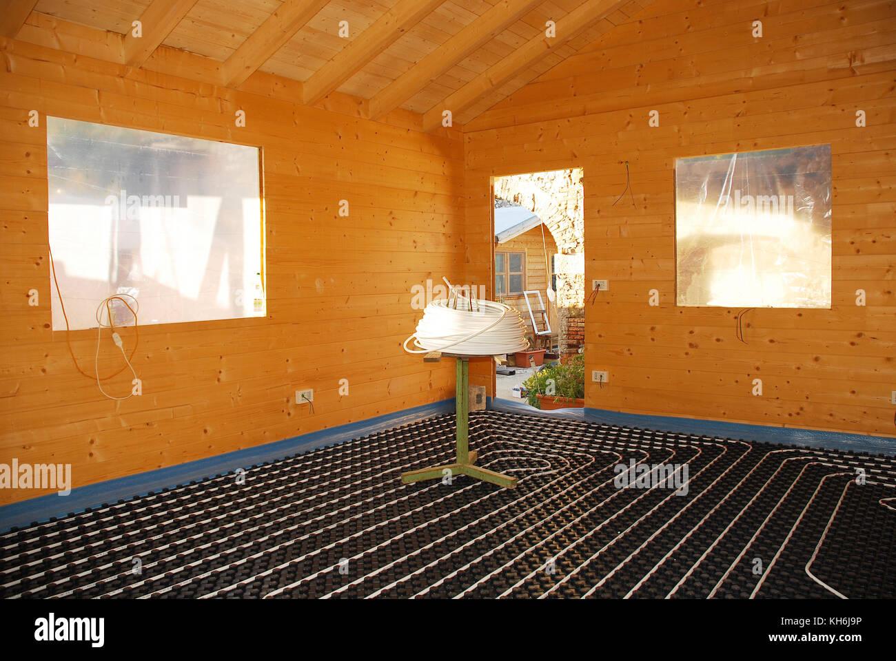 Ein hydronic closed loop Fußbodenheizung auf geformten isolierte Panel in der eps mit einem spooling Tabelle Stockbild
