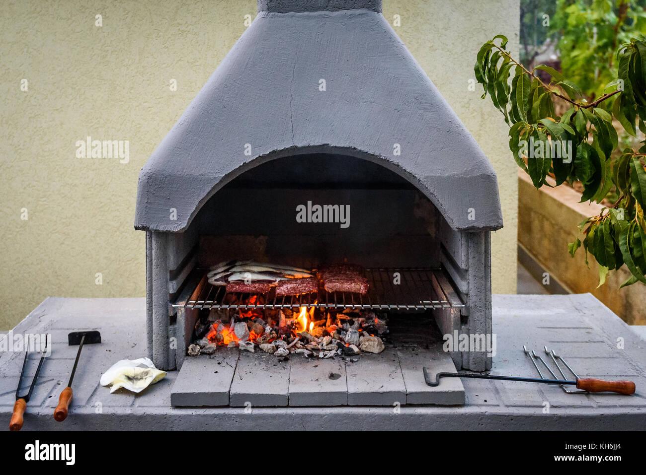 Grill Eingebauten Grill Kamin Mit Fisch Und Chevaps Konkrete Grill Kamin Garten Kamin In Kroatien Stockfotografie Alamy
