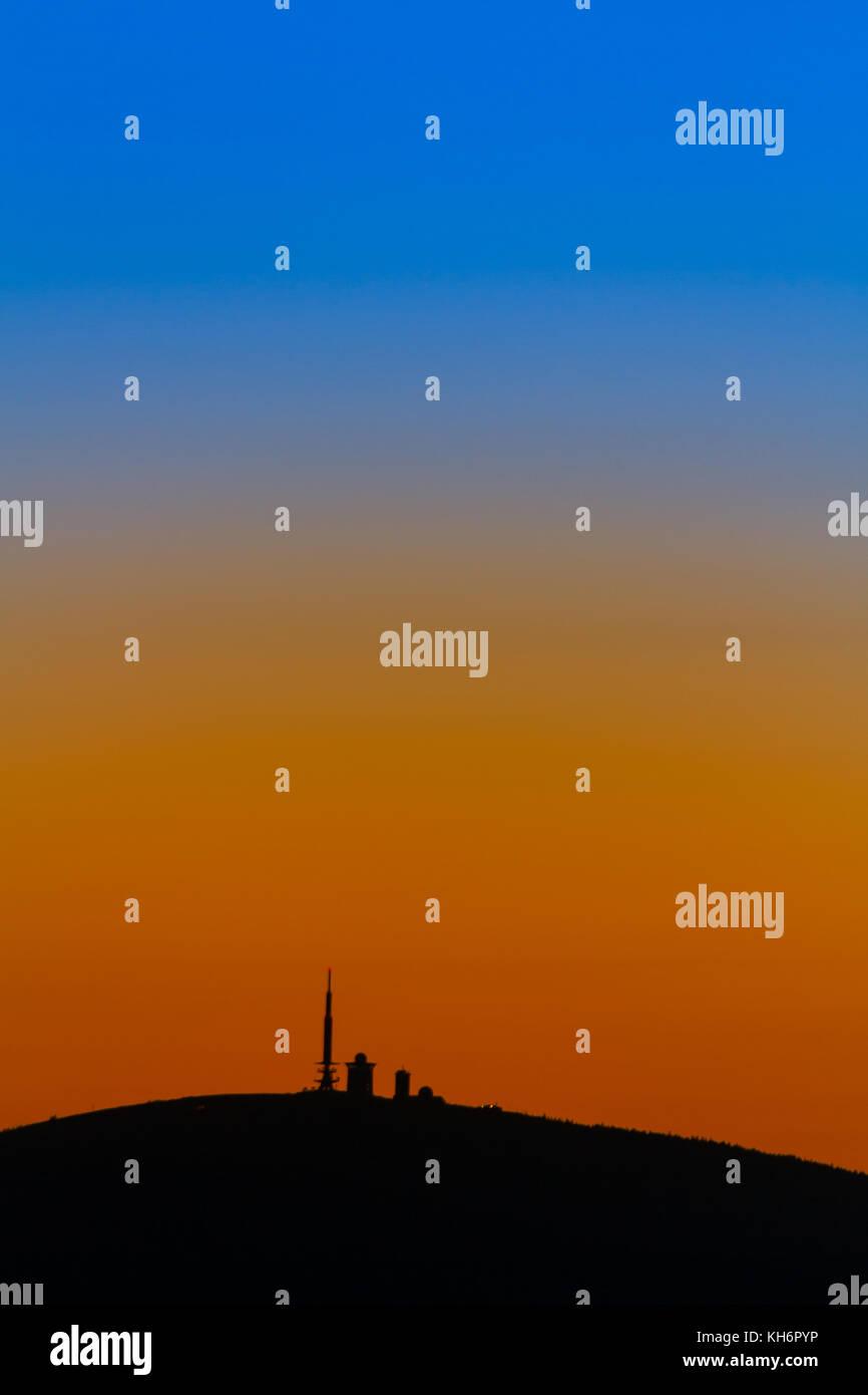 Blick auf den Brocken zur blauen Stunde Stockbild