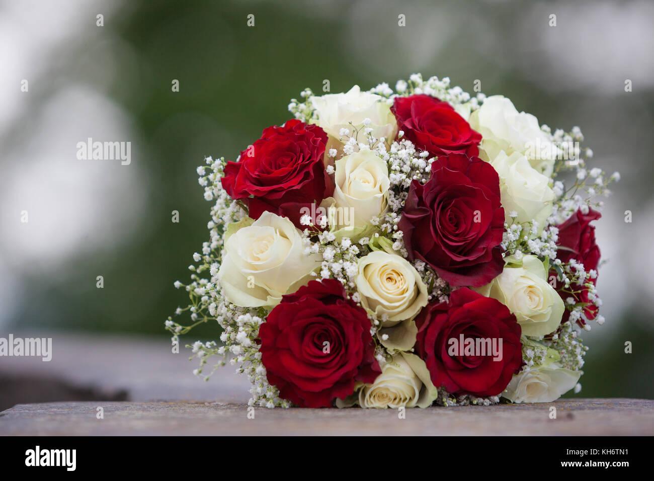 Brautstrauss Weisse Und Rote Rosen Stockfoto Bild 165493581 Alamy