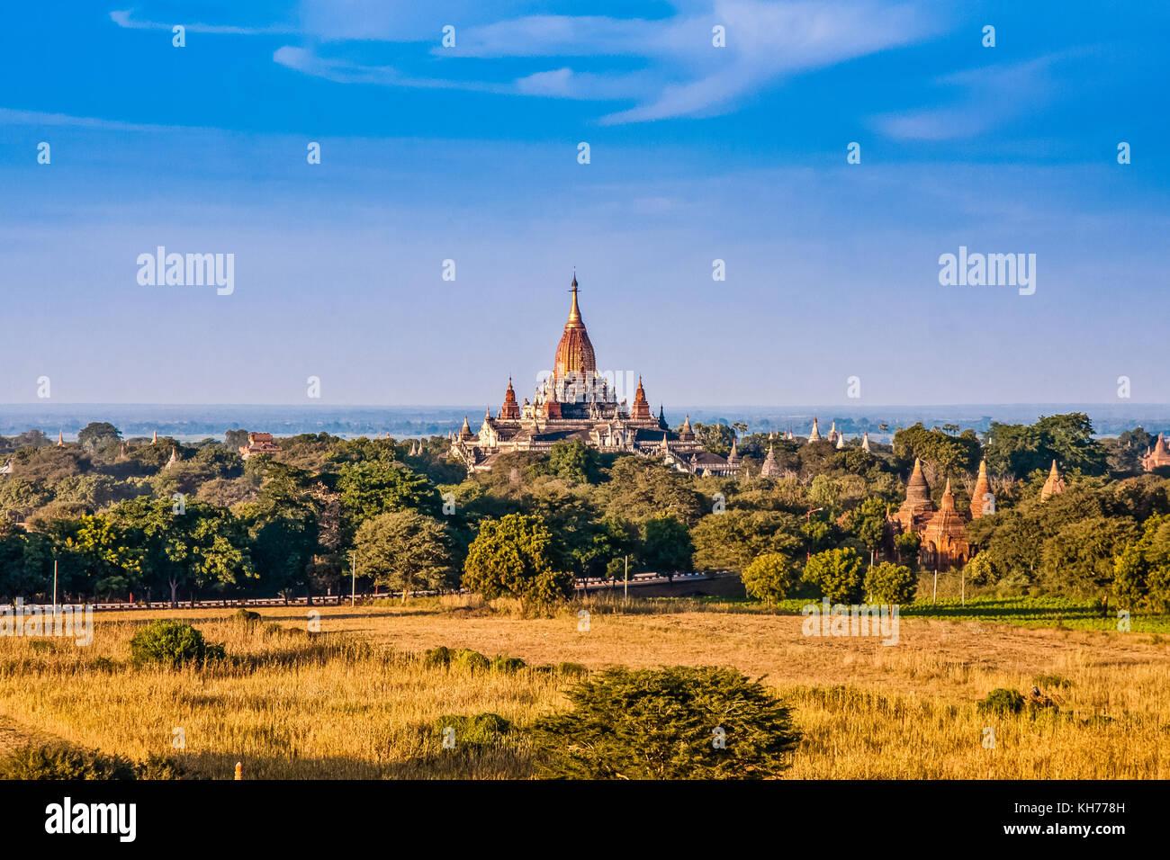 Eine malerische Luftbild von Alt Bagan mit der Ananda Tempel, Myanmar Stockbild