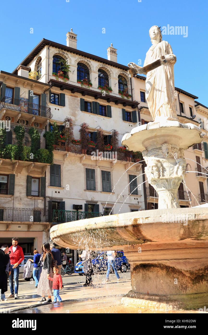 Verona, Italien. Brunnen der Piazza delle Erbe Stockbild