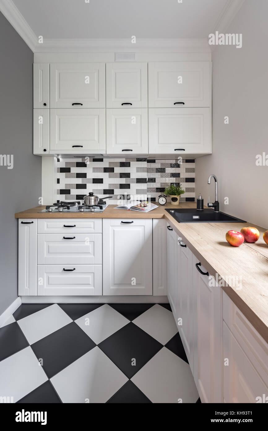 Kleine Küche mit klassischen, weißen Möbeln und modernen ...
