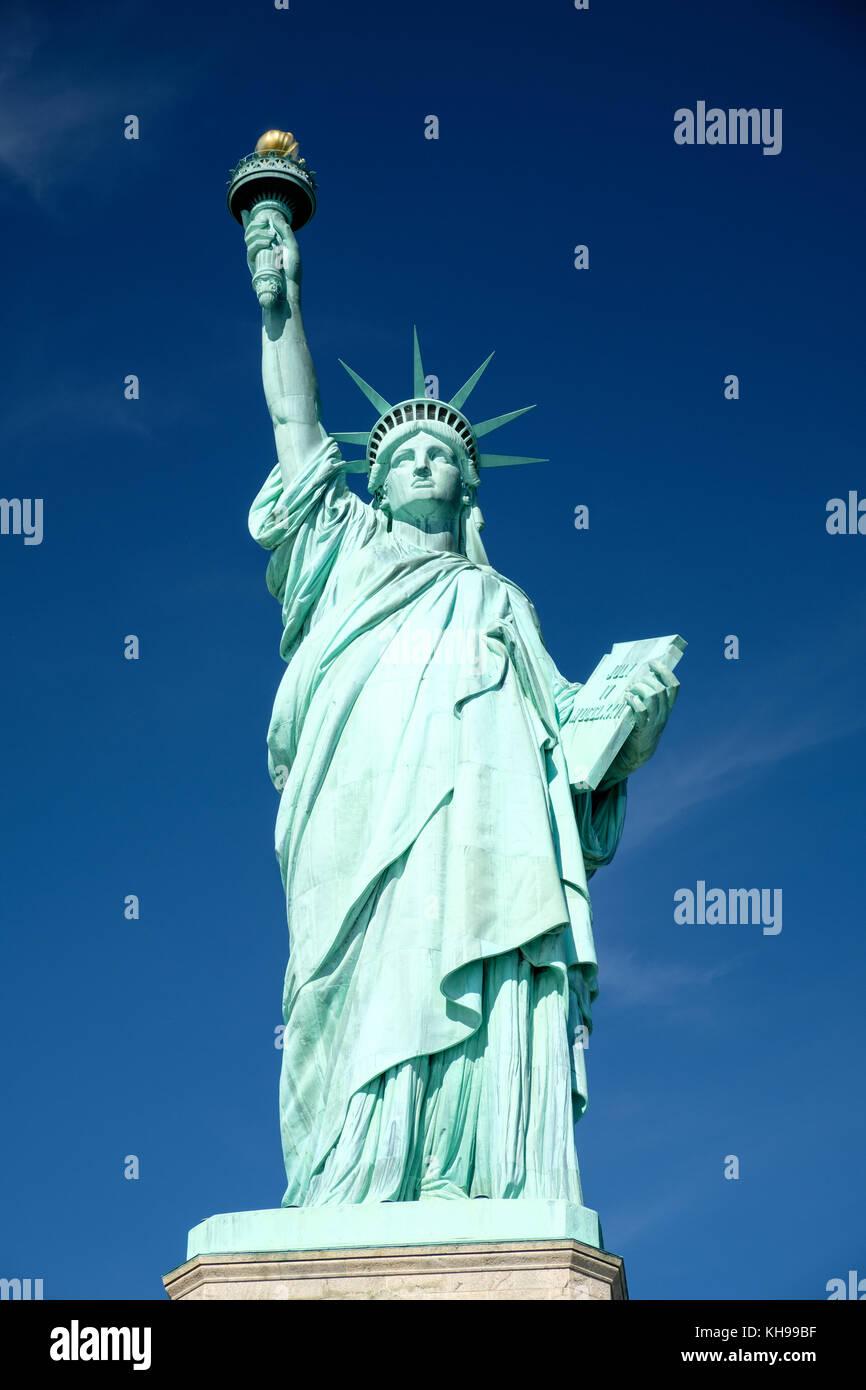Die Freiheitsstatue aus nächster Nähe vor blauem Himmel, auch bekannt als Lady Liberty Stockbild